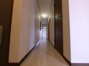 廊下 手前にトイレ、洗面所、浴室 奥に和室と洋室があります